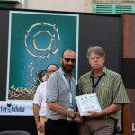 Nikola Listes riceve suo premio da Aldo Patruno, direttore Cultura della Regione Puglia